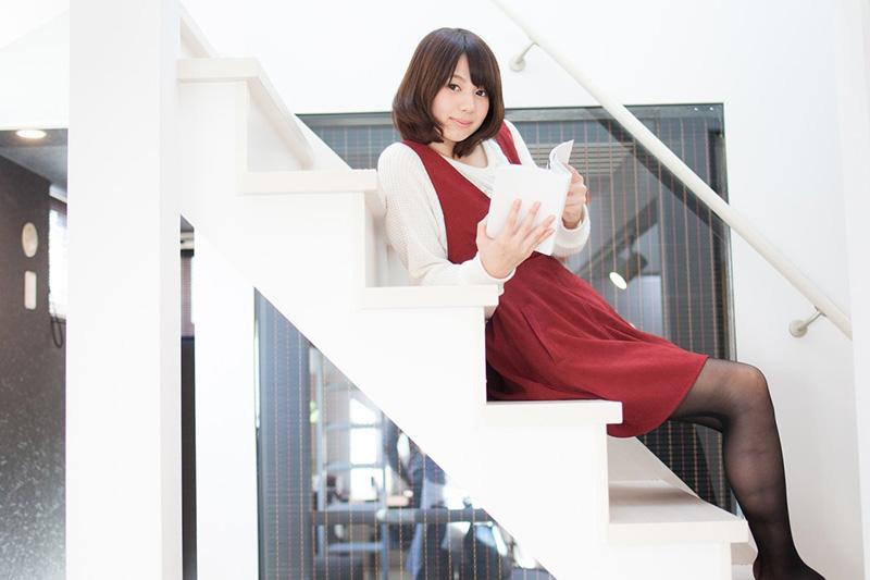 階段の女性