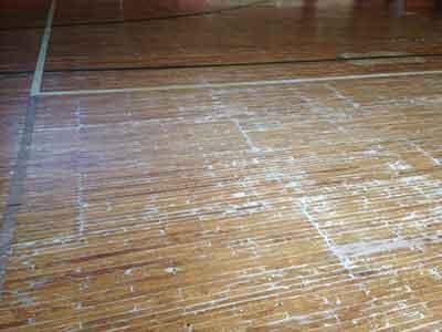 傷ついた床